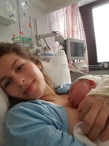 emma og baby nyfødt red.jpg