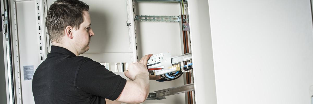 PSW Power elektriker arbeider på sikringsskap