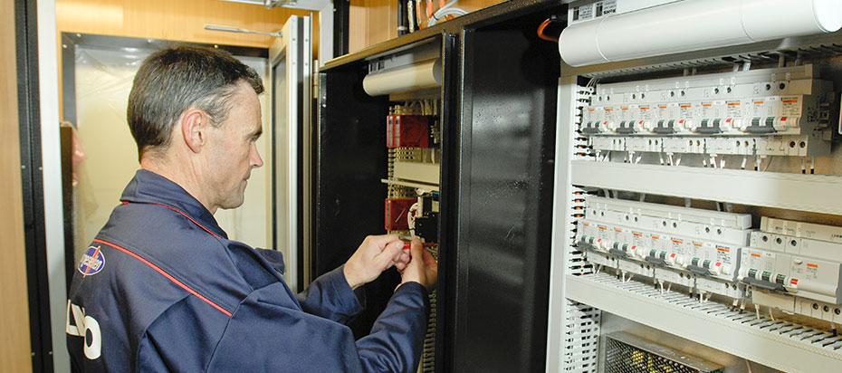 Elektriker fra Elmo jobber i Sikringsskap