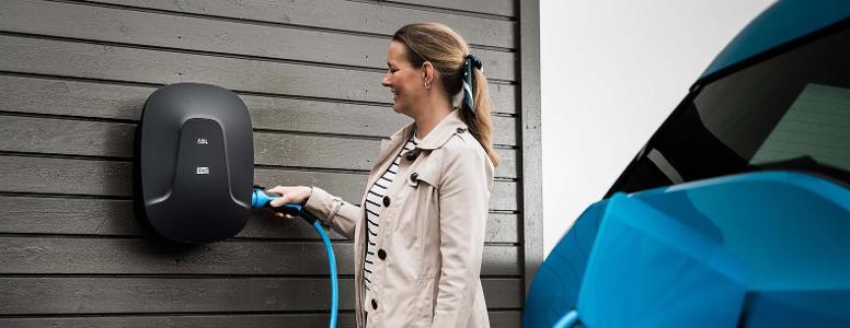 dame-lader-elbil-med-hjemmelader-vegg.jpg