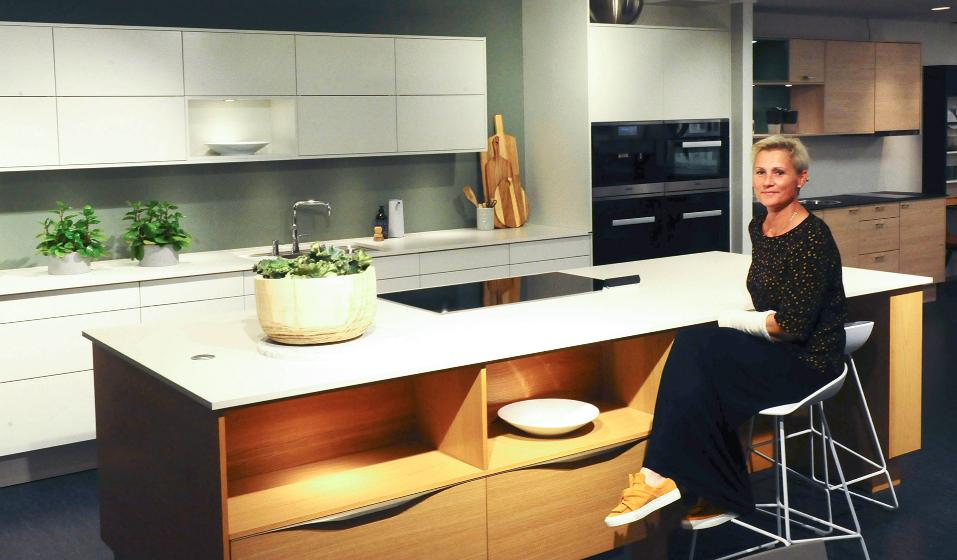 Hilde Haugen i Sigdal ved kjøkkenøy. Foto.