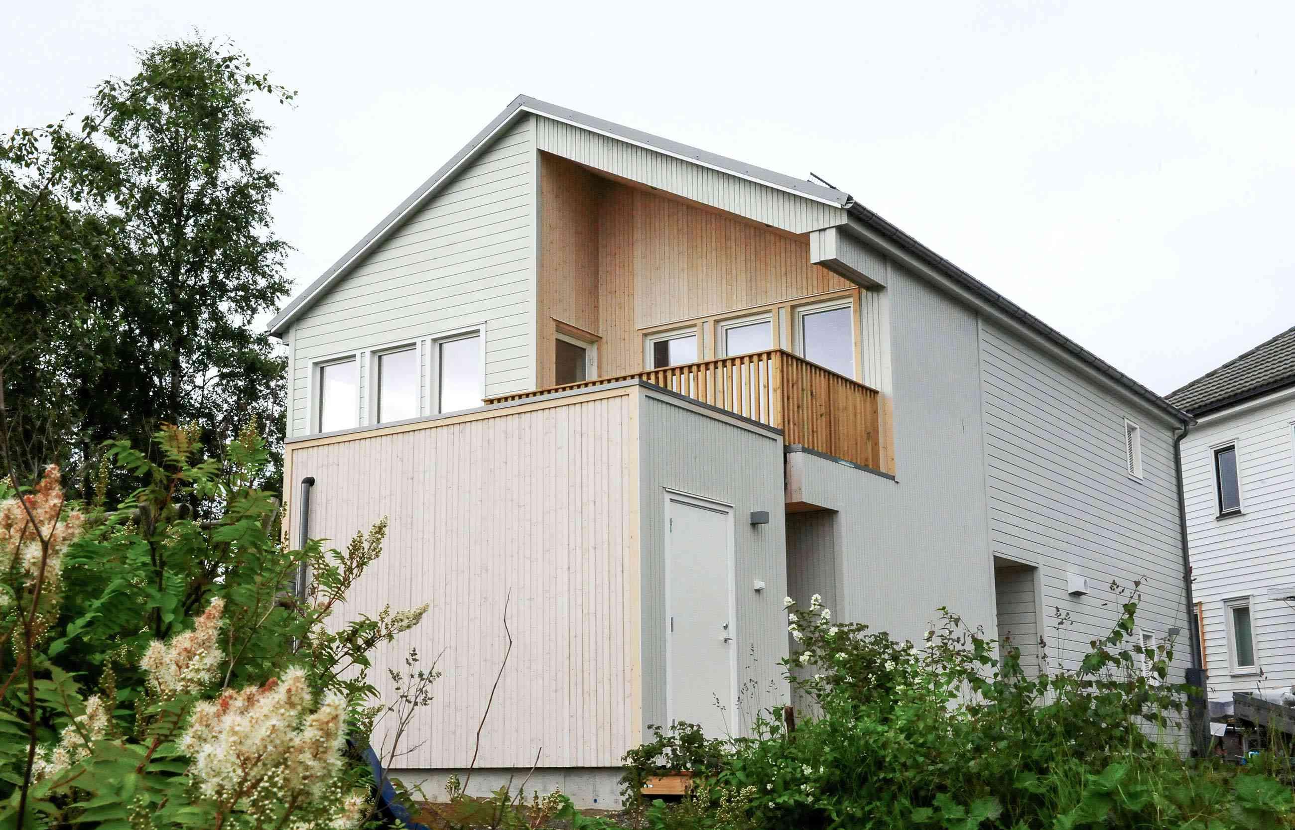 Stort hus med eplehage. Foto.