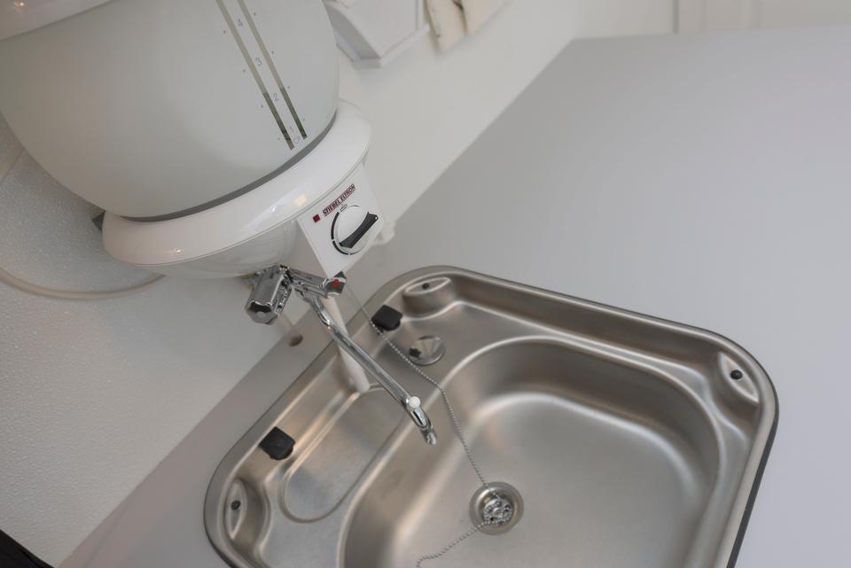 Kjøkkenvask med vannvarmer.