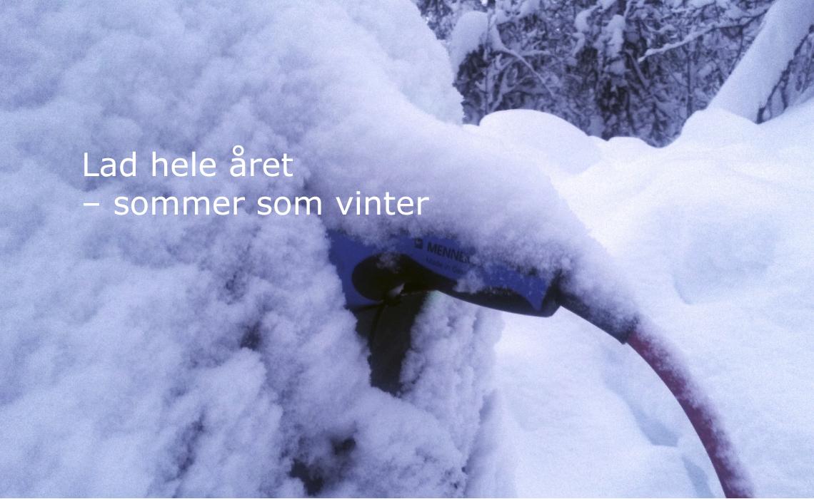 Lader til elbil dekket av snø