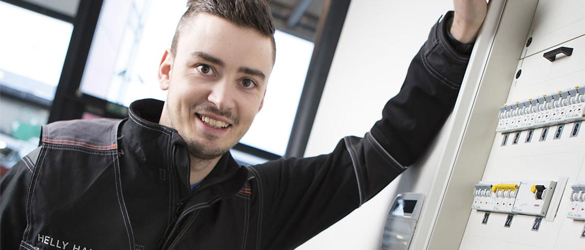 Elektriker fra Norgeseliten i arbeid med el-sjekk