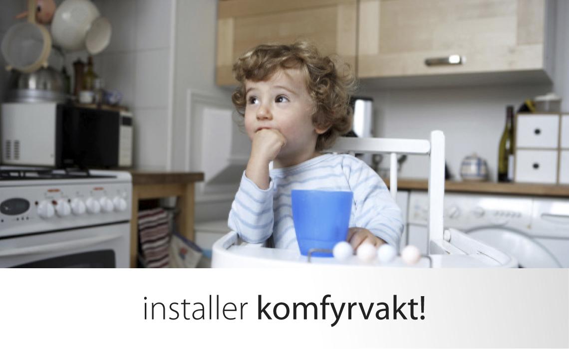 Lite barn i barnestol på kjøkken