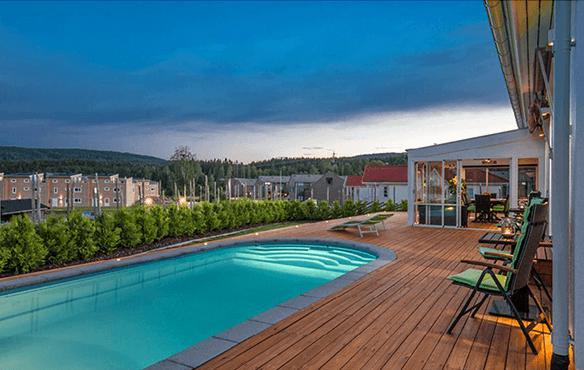 Utebelysning på terrasse med basseng