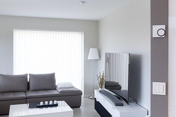 Innside av stue med Eaton xComfort kontrollpanel på veggen