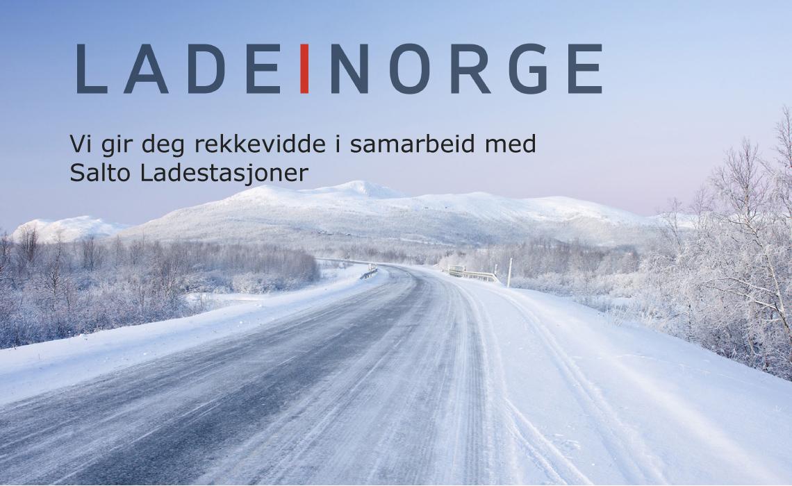 Snølagt vei med infotekst om Salto ladestasjoners rekkevidde i Norge