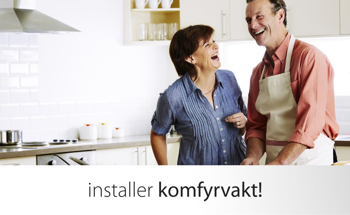 Lykkelig mann og kone på kjøkken