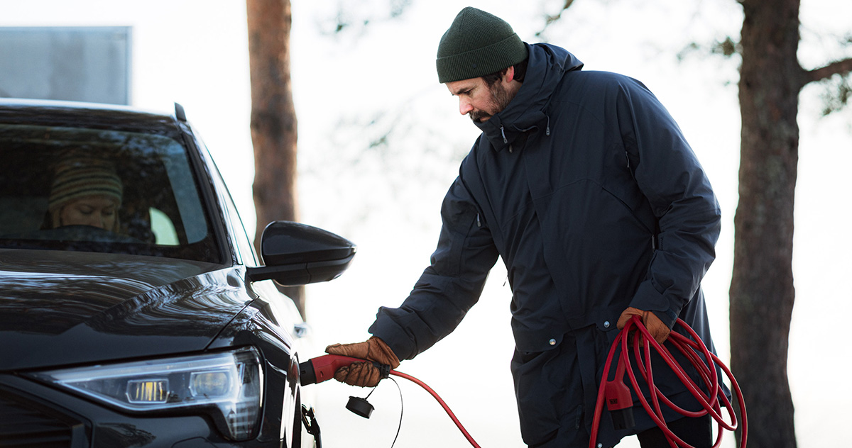 eConnect_width_lifstyle_man-connect-cable-to-the-car_4395_webb.jpg
