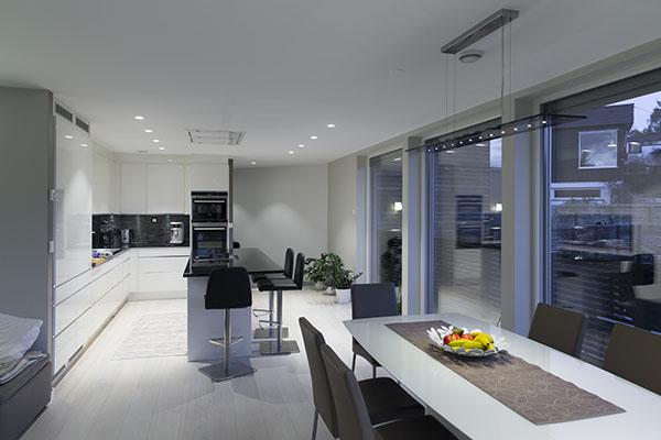 Innsiden av kjøkken i hus med Eaton xComfort installert