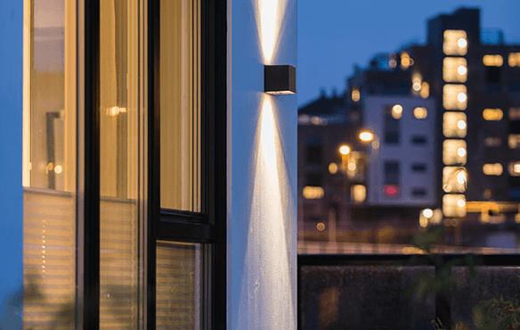 Lys med spredning på vegg
