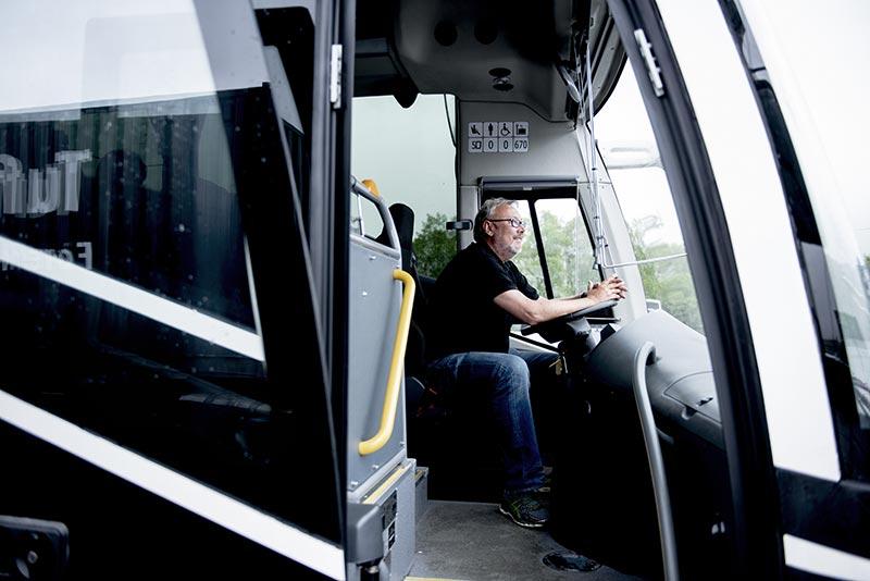 Dan-Egil bak rattet på bussen