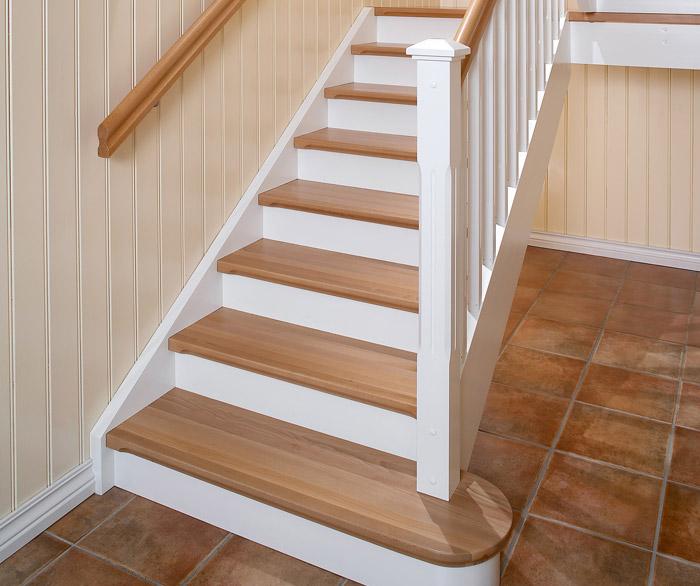 Empire klassisk i hvitmalt, med bøketrinn og profilert trappenese, bøkehåndløpere, stusstrinn og et elegant klosstrinn.