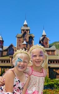 To jenter foran Eventyrslottet.jpg