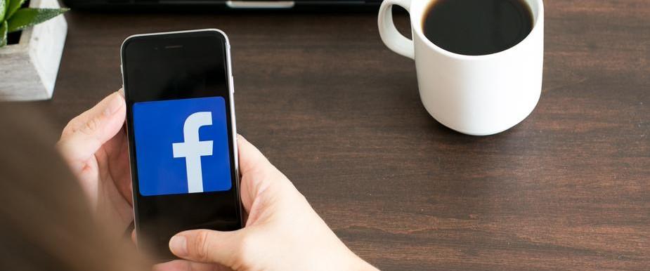 Facebook-annonsering. Bilde av mobil med facebook-logo