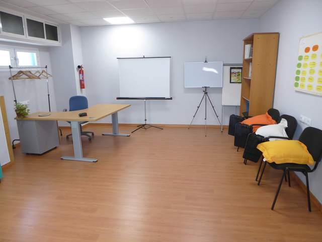 Una sala de reuniones y dos despachos individuales