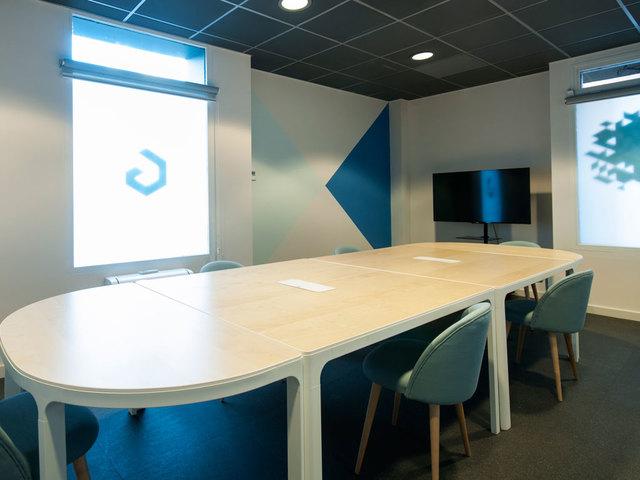 Sala de reuniones azul en plaza de castilla