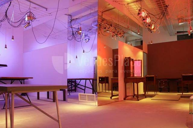 Espacio histórico en pleno corazón de Malasaña disponible para sesiones fotográficas, showrooms, tiendas efímeras, presentaciones de producto, pequeños eventos y reuniones.