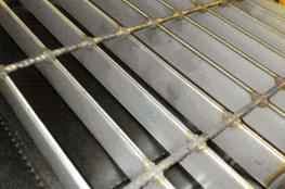 Stainless materials can be either 304 or 316 grade  Normally stainless gratings are used in:  • Highly corrosive or wet environments   • On or around machines or machinery  We therefore supply gratings to meet the requirements of the current BS EN ISO 1412...