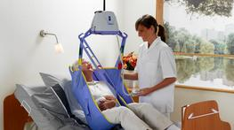 Portable ceiling lift solution for maximum flexibility  ArjoHuntleigh's ultra-light Maxi Sky® 440 is an easy-to-operate portable ceiling lift system that allows a single caregiver to carry out transfers via a handheld control unit, without any stress or strai...