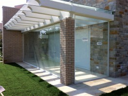 Mobile glass panel system, with guide channel and without parking bay. No holes in the glass required.