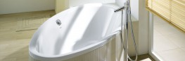 The largest of the small oval baths achieves a surprising width, with its asymmetrical shape in the lying area, allowing you to enjoy a bath as if you were in a pool and to submerge in a relaxed way. The designer, Jochen Schmiddem, has included another feel go...