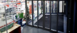 The Frame Telescopic is the natural choice for narrow passageways because it maximises the width of the door opening, providing an impressive solution when space is limited. Its rugged design makes this solution suitable for use in areas with high traffic and where shopping trolleys are passing in and out. The Frame Telescopic is supplied as a complete system including the doors, operator, safety units and, if required, side screens and overlights.
