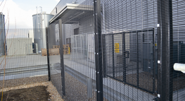 The Securus» flat panel welded steel wire mesh system has been used in many and varied applications including perimeter security to schools and police stations. The flat Securus» welded steel wire mesh fence system has become increasingly popular as a reboun...
