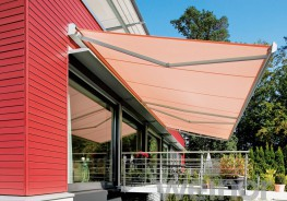 The I/K 2000 is the tried-and-tested, classic cassette awning – as an I 2000 without back-plate for level building facades, as the K 2000 with back-plate for uneven bases. The sturdy weinor awning with its support pipes can be used almost anywhere. As the de...