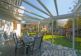 Enjoy your garden until well into autumn – weinor's Terrazza patio roof will keep you well sheltered from the wind and other elements. And your patio furniture can remain outside without being damaged. The appeal of weinor's patio roof is its elegant con...