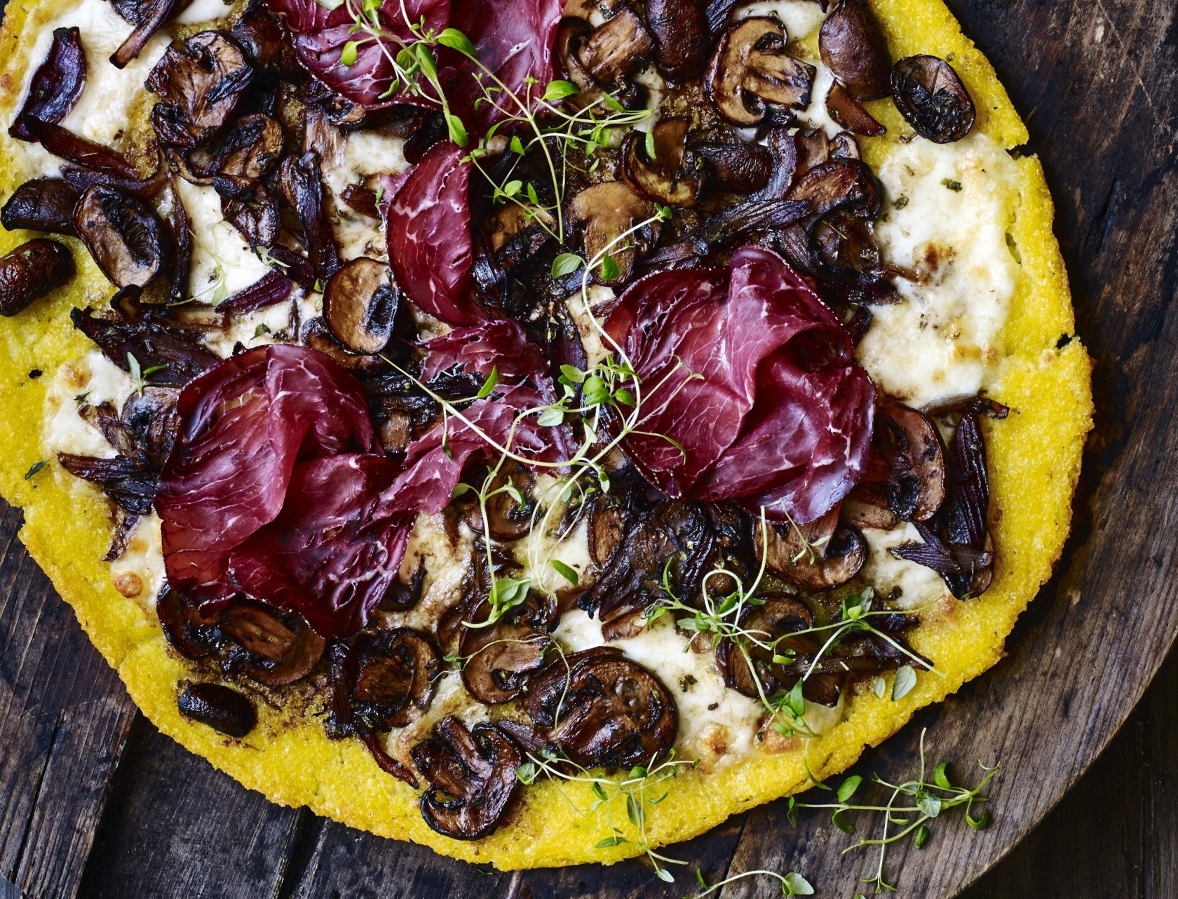 Polentapizza med svampe og bresaola