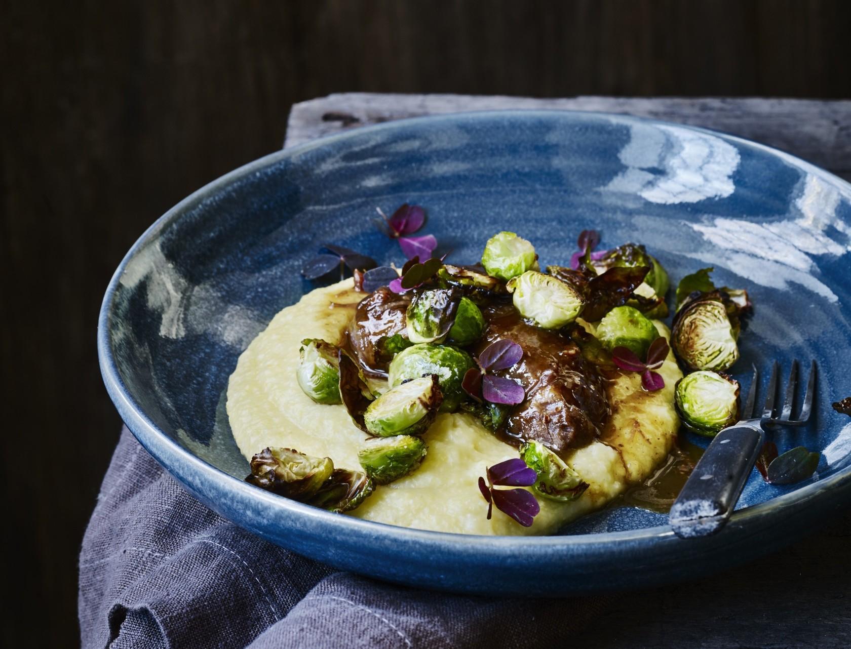 Svinekæber med polenta og rosenkål - den perfekte simremad!