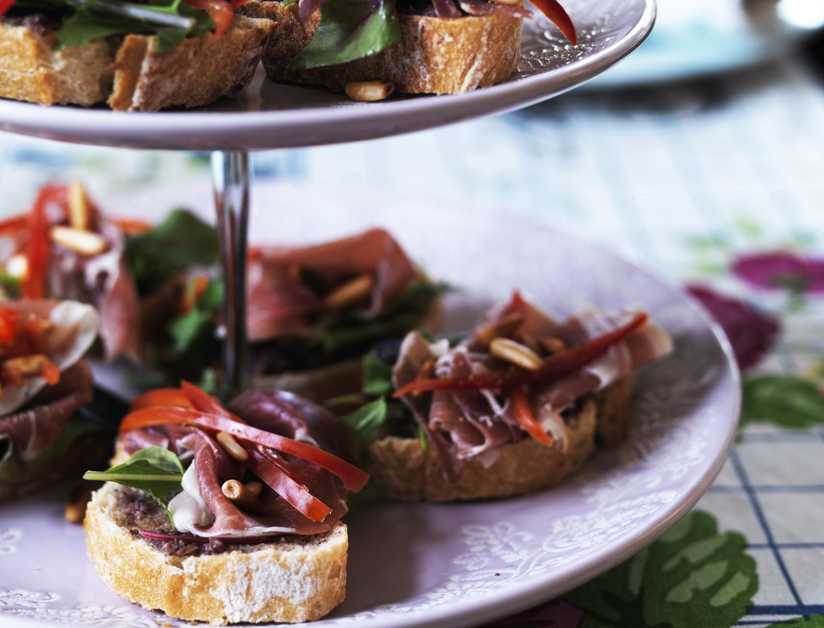 Italiensk bruschetta med skinke og oliventapenade