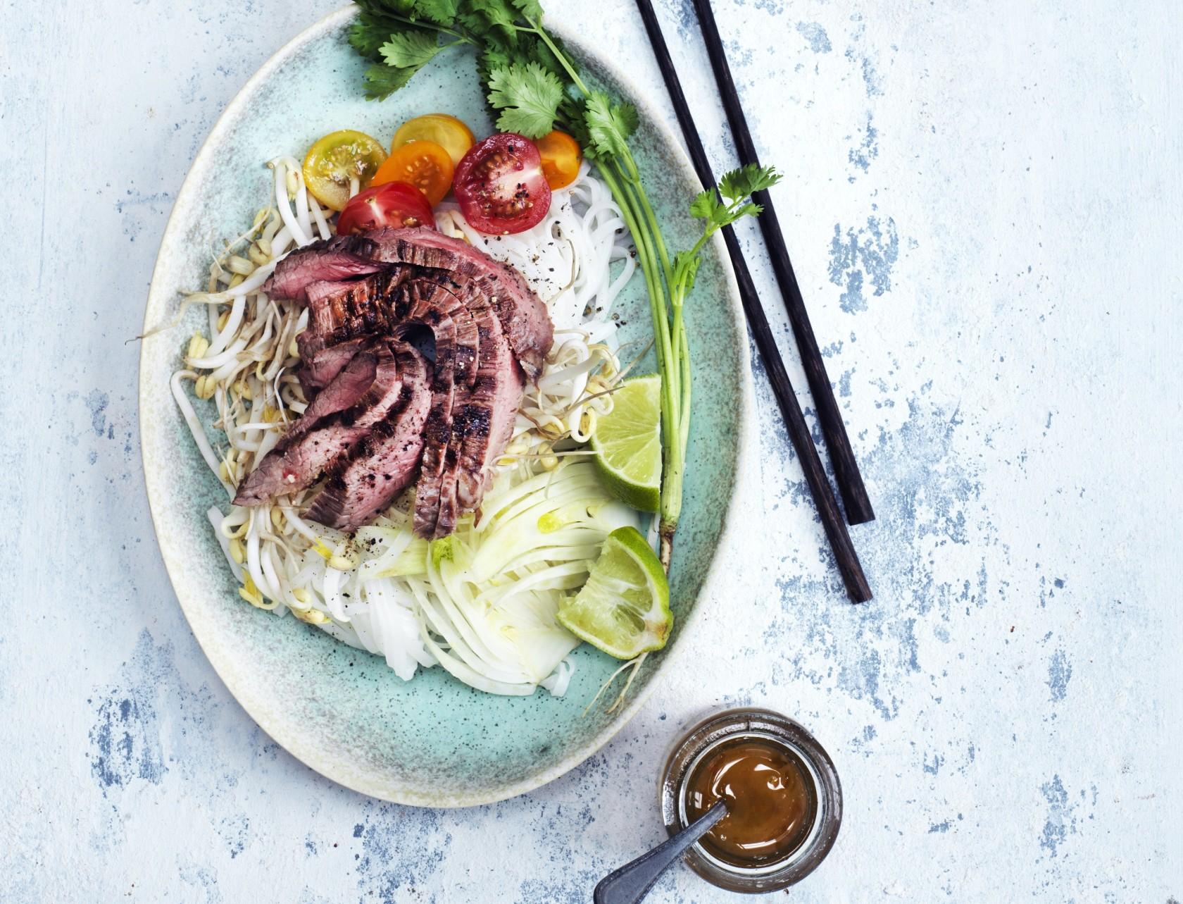 Asiatisk nudelsalat med flanksteak - nemt og lækkert!