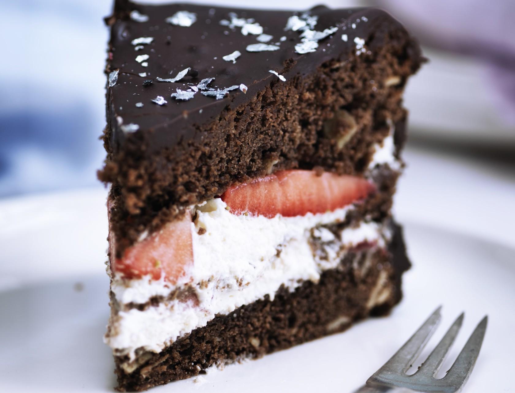 Chokoladelagkage med jordbærfyld - nem og lækker opskrift