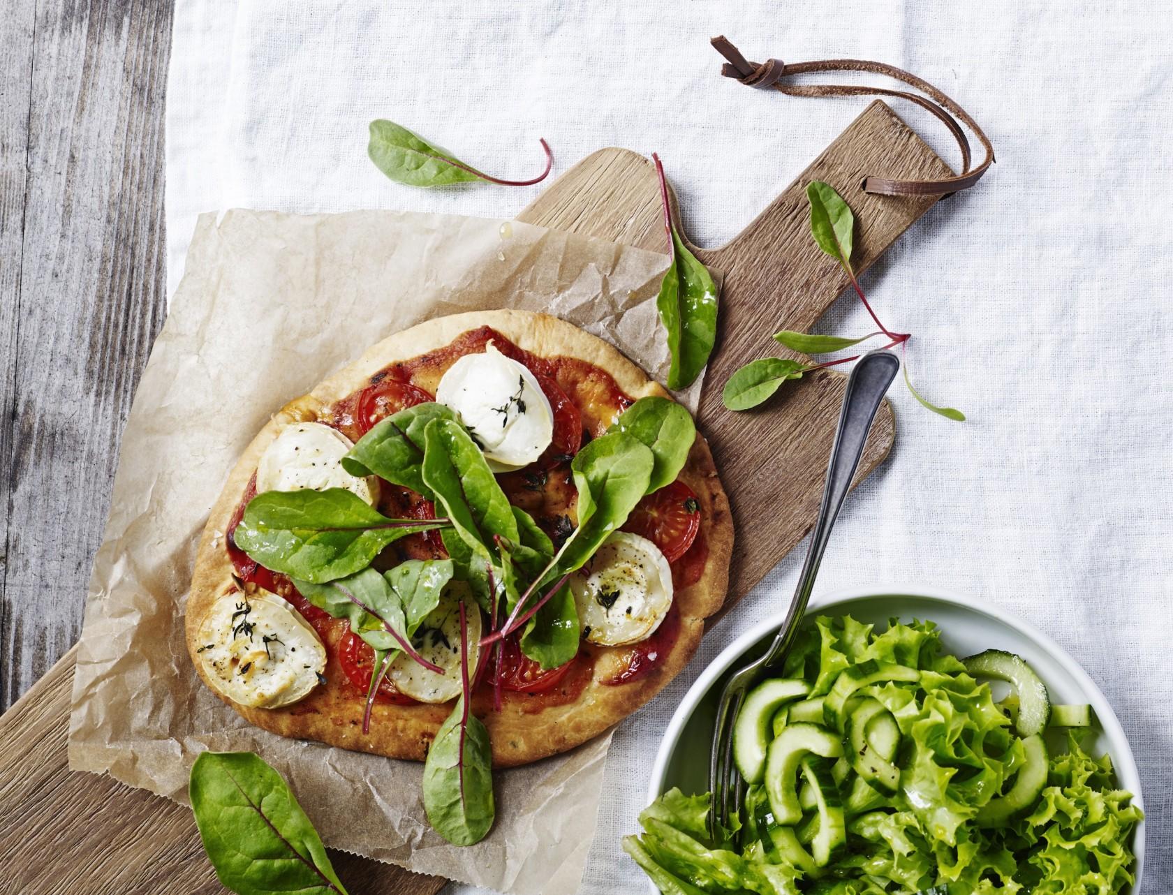 Nemme og hurtige pizzaer, der laves på naanbrød.