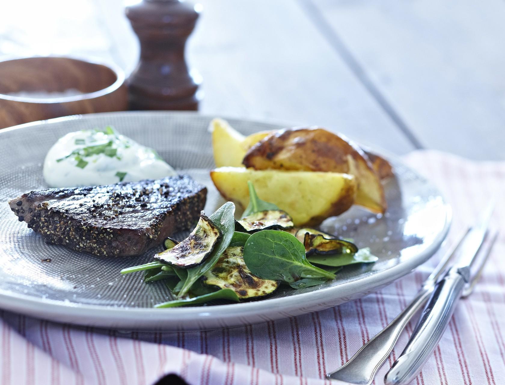 Peberbøf med kartoffelbåde - lækker aftensmad i luksusversion.