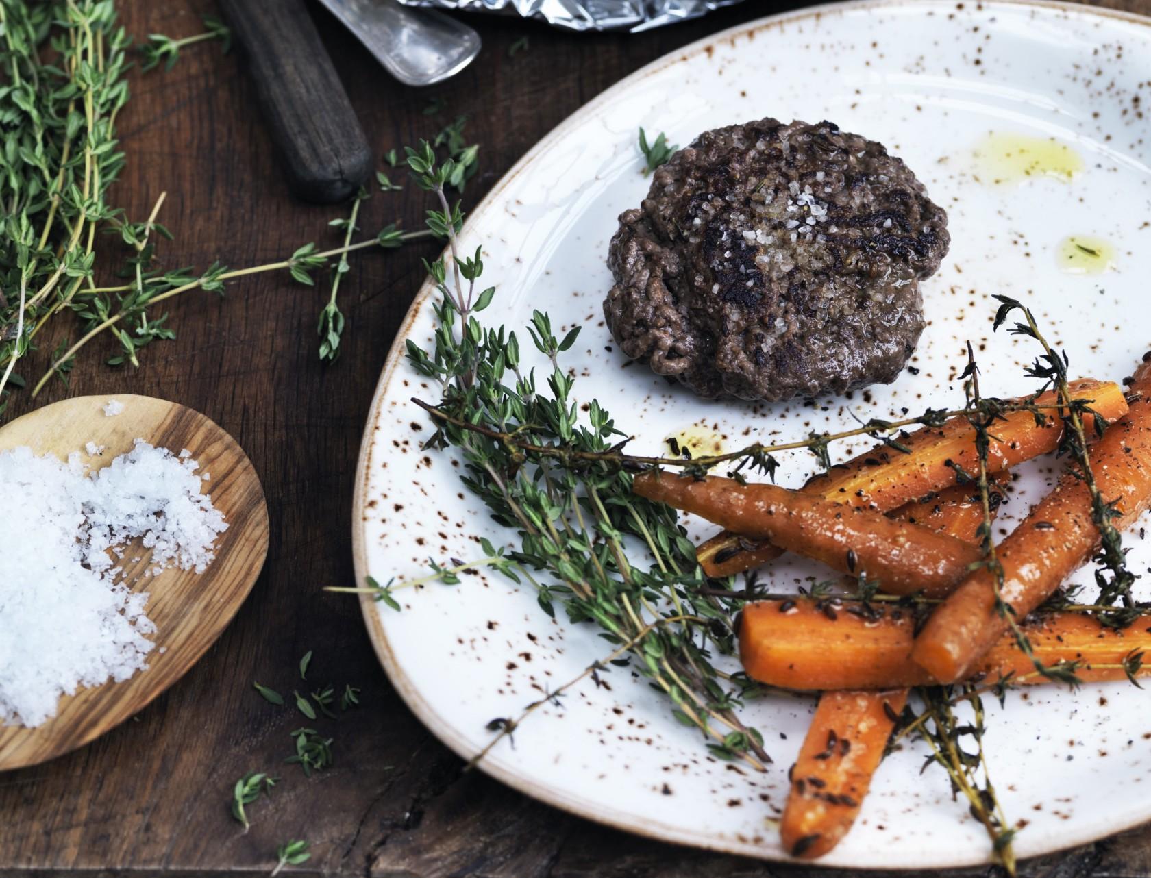 Hakkebøf med gulerødder i hvidvin