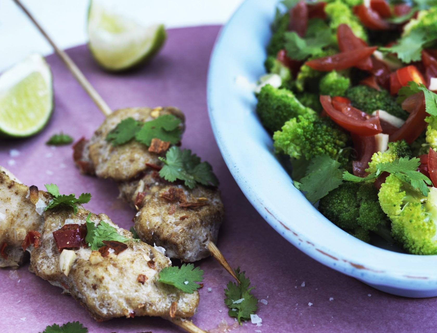 Kyllingespyd med broccolisalat - sund og mættende aftensmad,