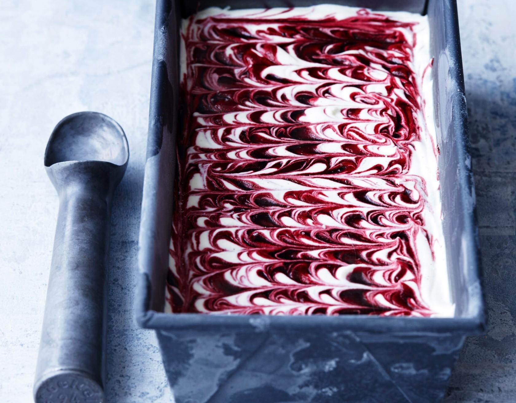Hjemmelavet vaniljeis med solbær - nem og lækker opskrift!