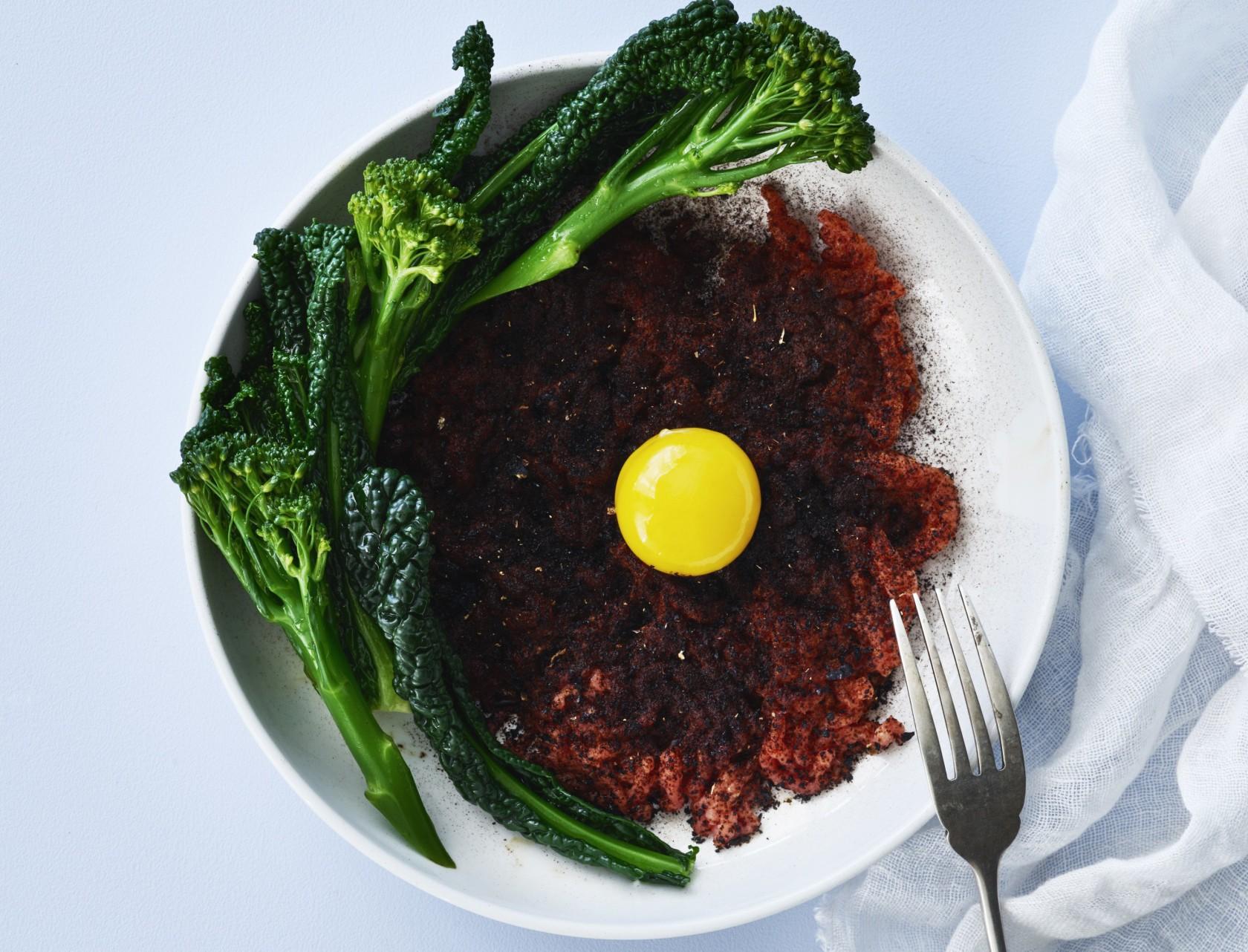 Lækker kalvetatar med broccoliasparges og palmekål