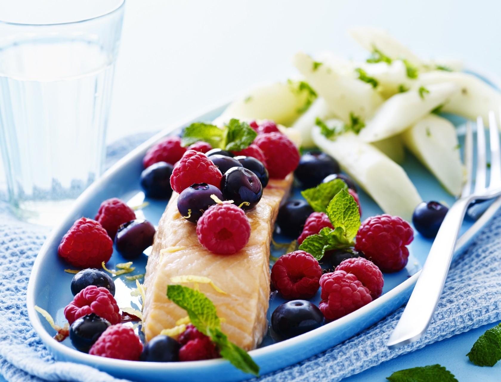 Laks med smukke bær og citronstegt skorzonerrod
