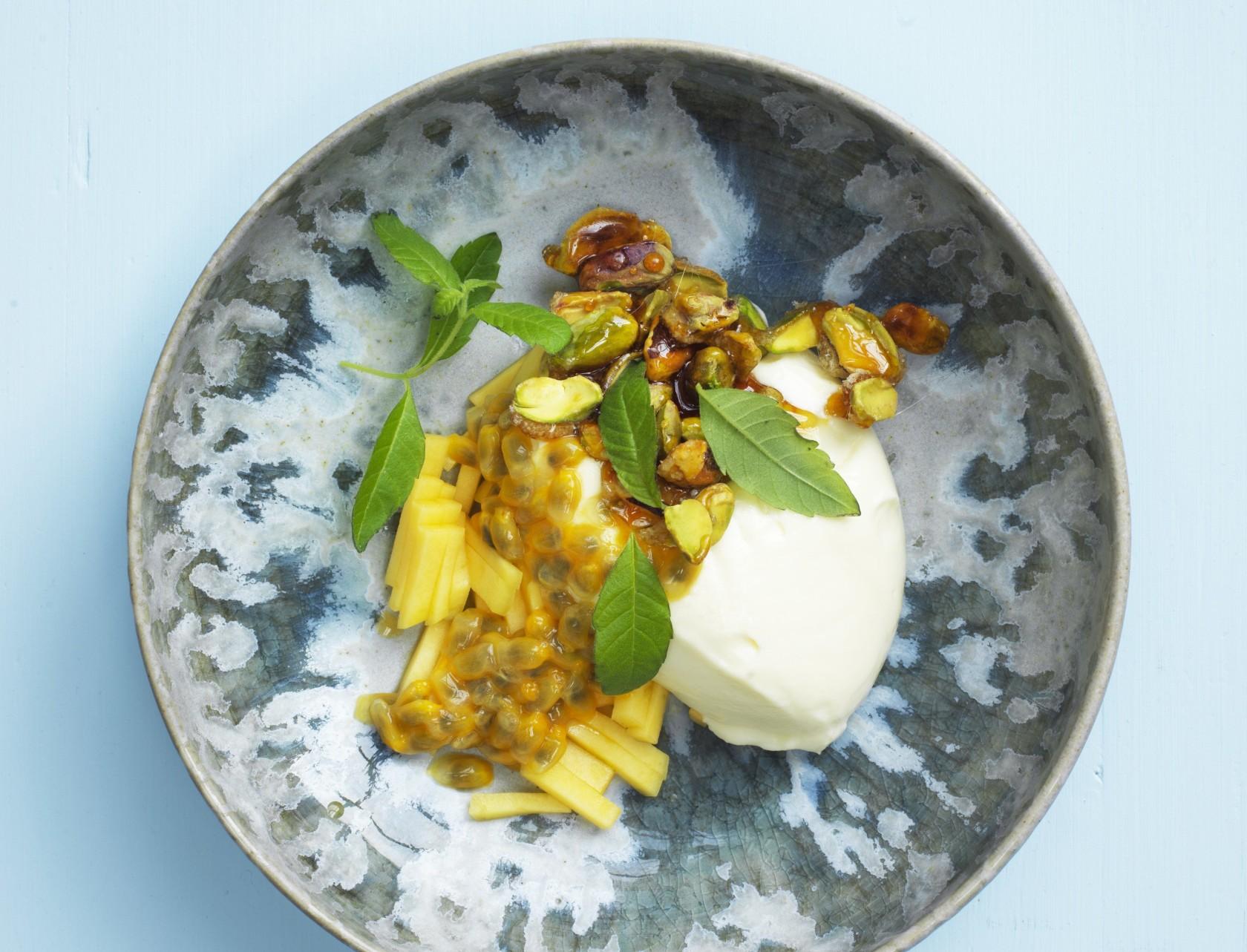 Hvid chokolademousse med mango og passionsfrugt