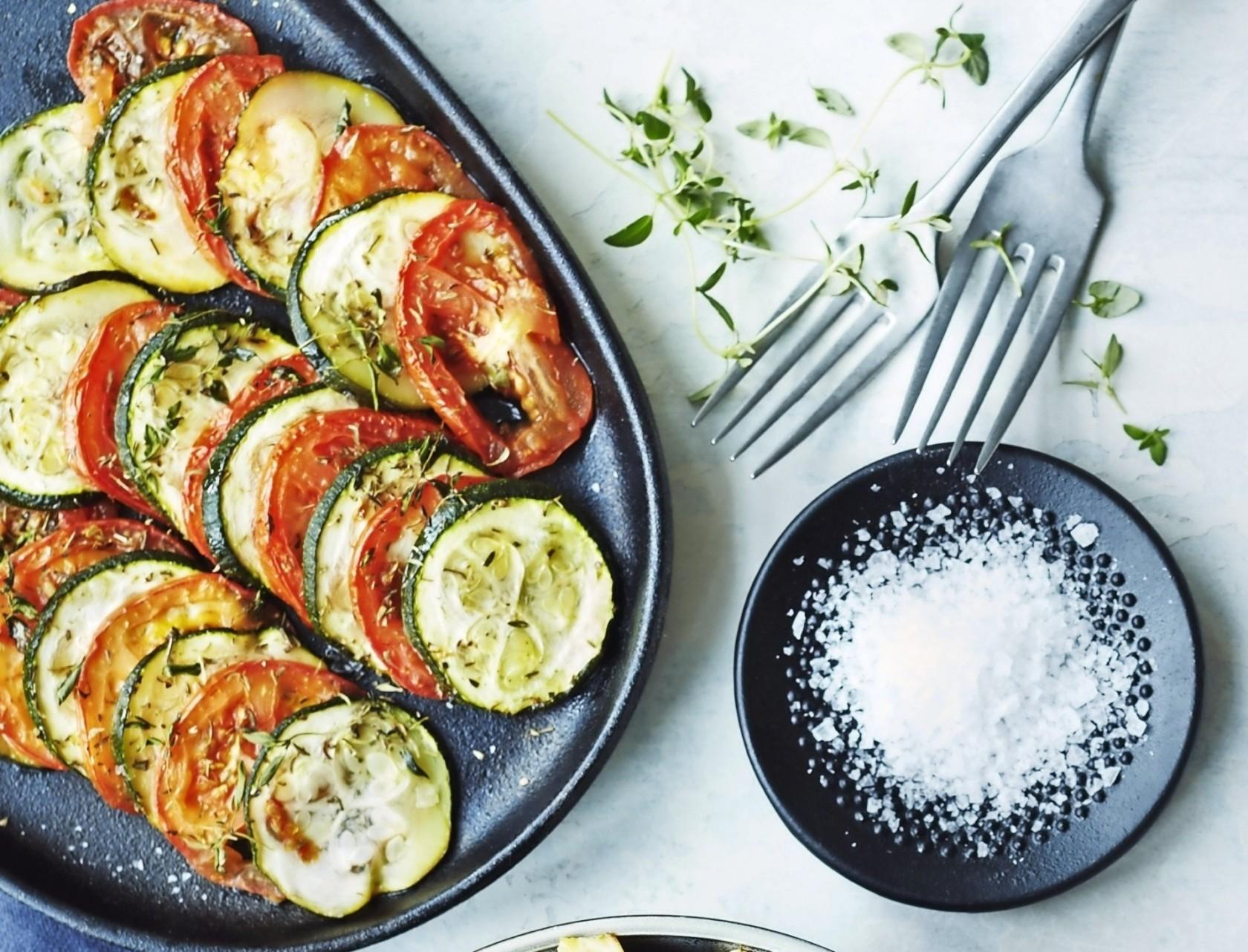 Ovnbagte tomater og squash med krydderurter - det perfekte tilbehør