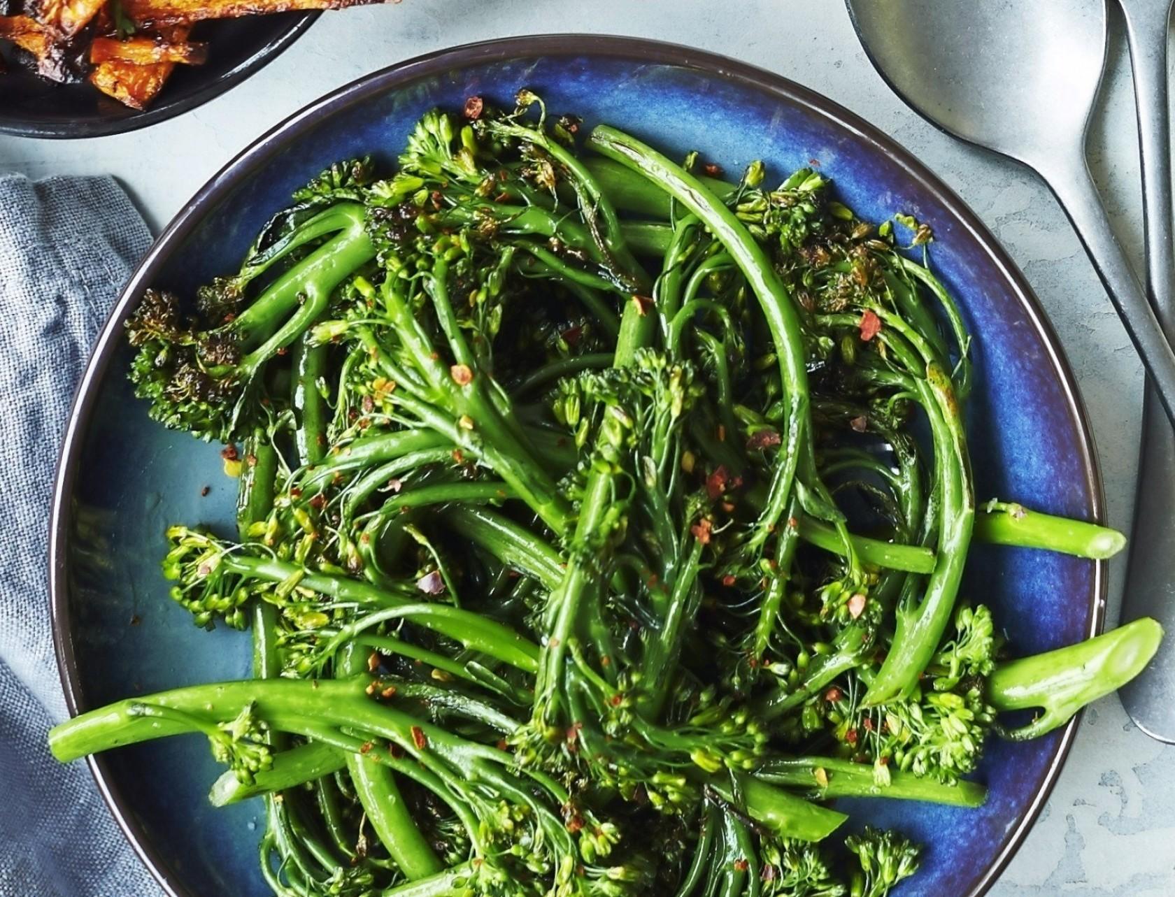 Lynstegt aspargesbroccoli med chili - det perfekte tilbehør!