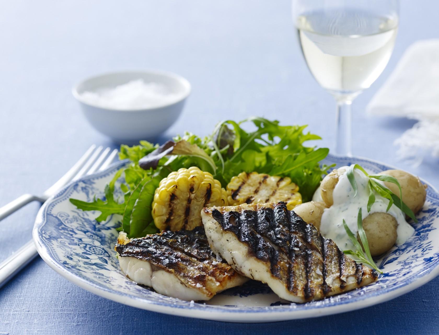 Grillet fisk med skind er supernemt at lave med denne opskrift!