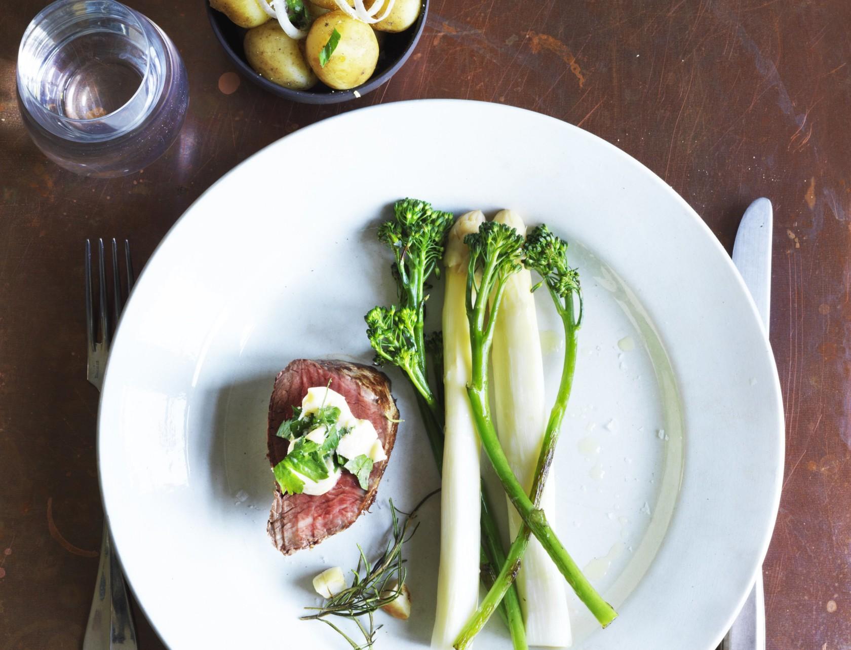 Oksemørbrad med hvide asparges, aspargesbroccoli og nye kartofler er den perfekte gæstemenu.
