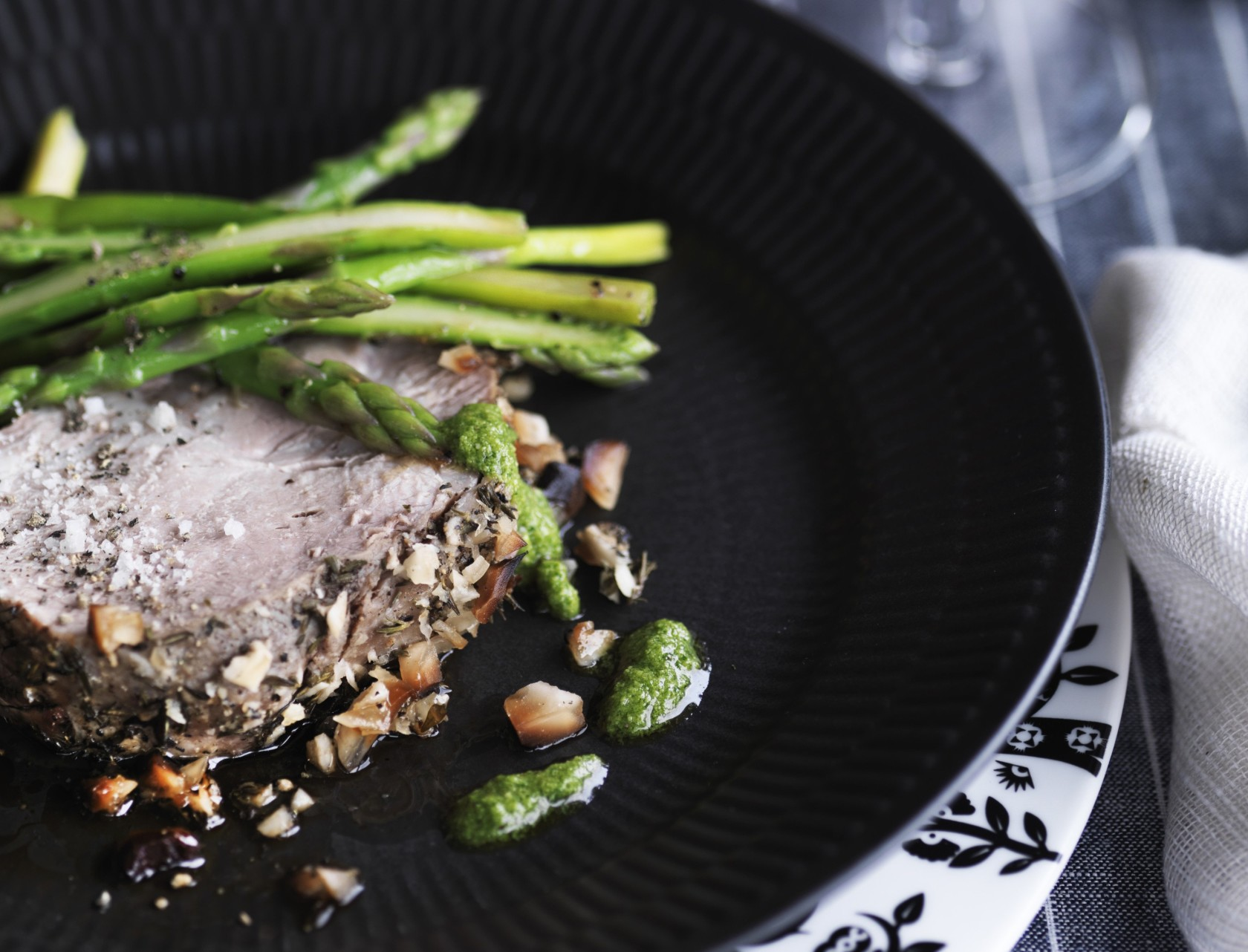 Nakkesteg med asparges, jordskokker og pesto